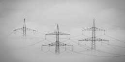 Strommasten im dichten Nebel