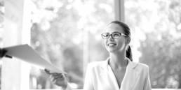 Frau mit Brille nimmt Akten entgegen