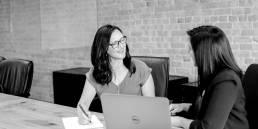 Zwei Frauen im Meeting mit Laptop