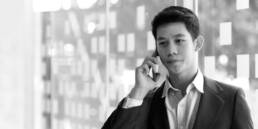 Junger Mann in Anzug telefoniert