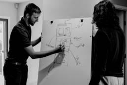 Zwei Kollegen am Whiteboard
