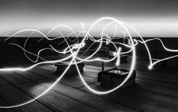 Lichtblitze vor dunklem Hintergrund