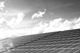 Solarpanels vor Himmel mit Wolken