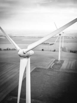 Nahaufnahme Turbine Windkraftanlage auf Feld