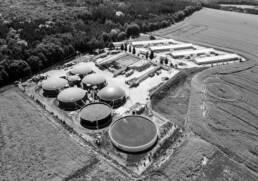 Vogelperspektive auf Biogasanlage am Waldrand