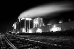 Industrieunternehmen bei Nacht