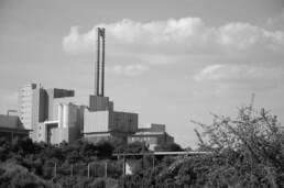 Müllheizkraftwerk in Landschaft
