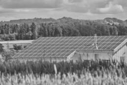 Landhaus mit Photovoltaikanlagen auf dem Dach