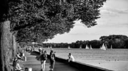 Maschsee Hannover mit Besuchern und Segelbooten