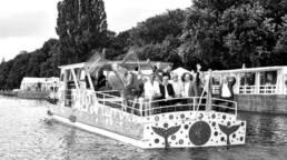 Menschen mit Fahnen auf Boot am Maschsee in Hannover